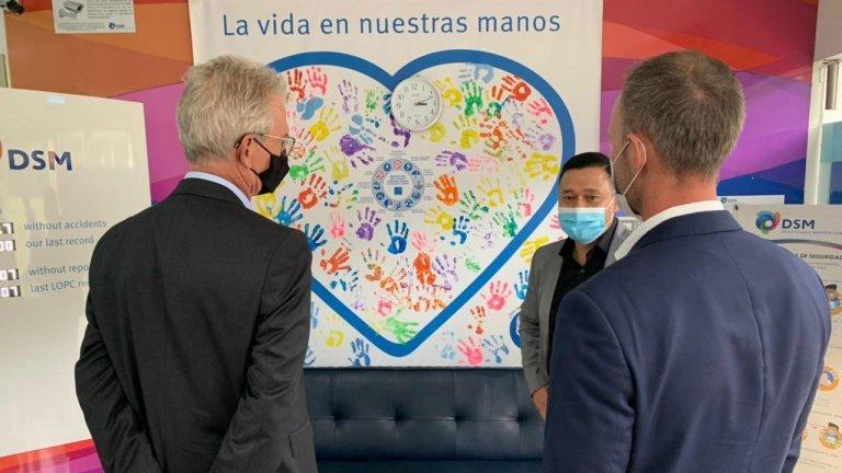 el-embajador-del-reino-de-los-paises-bajos-y-el-director-de-holland-house-visitaron-la-fabrica-de-dsm.jpg